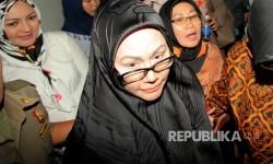 Terdakwa kasus pengadaan alat kesehatan Ratu Atut Chosiyah berjalan seusai menjalani sidang dengan agenda pembacaan putusan di Pengadilan Tipikor, Jakarta, Kamis (20/7).