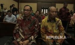 Suspects in e-ID card project procurement, Irman (left) and Sugiharto (right).