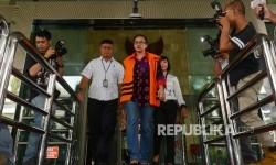 Tersangka dugaan kasus suap yang juga Anggota Komisi V DPR Damayanti Wisnu Putranti keluar dari gedung usai menjalani pemeriksaan lanjutan di Gedung KPK, Jakarta, Senin (21/3).
