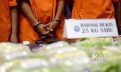 [ilustrasi] Tersangka sindikat jaringan sindikat narkotika internasional Malaysia-Aceh dan Medan dihadirkan oleh BNN saat gelar barang bukti kasus pengiriman narkotika jenis sabu di Kantor BNN, Jakarta, Senin (22/5).
