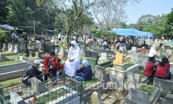 Warga berziarah ke makam kerabat di Taman Pemakaman Umum (TPU) Cikutra, Kota Bandung, Kamis (7/7). (foto : Mahmud Muhyidin)