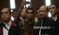 Tiga penyidik KPK Novel Baswedan (kedua kanan), Ambarita Damanik (kiri) dan M Irwan Santoso (kanan), menjadi saksi dalam sidang dugaan kasus tindak pidana korupsi KTP elektronik (E-KTP) di Pengadilan Tipikor, Jakarta Pusat, Senin (27/3).