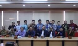 Tim Badan Amil Zakat Nasional (Baznas) berfoto bersama dengan perwakilan dari sembilan Lembaga Amil Zakat (LAZ) di Jakarta, Rabu (29/3).