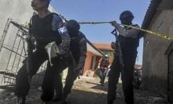 Tim Gabungan kepolisian dan Densus melakukan penjagaan saat penggeledahan rumah salah satu terduga teroris terkait bom Kampung Melayu di kawasan Rancasawo, Bandung, Jawa Barat, Jumat (26/5).