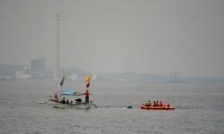 Tim SAR gabungan dan perahu nelayan melakukan pencarian korban kapal tenggelam (ilustrasi)