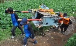 Tim SAR melakukan proses evakuasi terakhir serpihan helikopter Basarnas yang mengalami kecelakaan di Gunung Butak Desa Canggal, Candiroto,Temanggung, Jateng, Kamis (6/7).