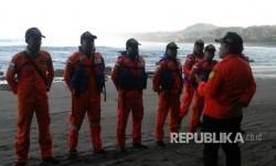 Tim SAR mengadakan briefing sebelum memulai pencarian lima korban hanyut di pantai selatan Garut, Rabu (17/5).