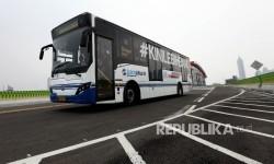 Transjakarta melintas saat dilakukannya uji coba koridor 13 Tendean-Ciledug, Jakarta, Ahad (13/8).
