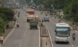 Truk-truk yang lewat di Jalur Pantura kerap menjadi korban pungli.