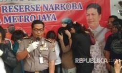 Tujuh orang, salah satunya artis Pretty Asmara diciduk polisi karena kedapatan membawa narkoba. Selasa (18/7).
