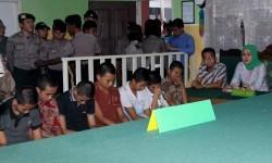 Tujuh terdakwa anak berada didalam ruang sidang anak saat sidang vonis kasus pemerkosaan YY di Pengadilan Negeri Curup, Rejang Lebong, Bengkulu, Selasa (10/5).