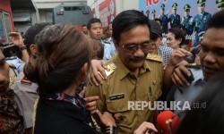 Wagub DKI Jakarta Djarot Saiful Hidayat bergegas seusai menjenguk Gubernur DKI Jakarta Basuki Tjahaja Purnama atau Ahok yang ditahan di Rutan Cipinang, Jakarta, Selasa (9/5).