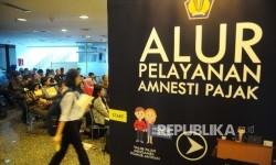 Wajib pajak mendatangi bilik tax amnesty di Kantor Pusat Ditjen Pajak, Jakarta, Rabu (29/3).