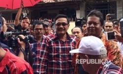 Wakil Gubernur DKI Jakarta Djarot Saiful Hidayat, didampingi Pelakon Wayang Orang, Aris (sebelah kiri Djarot), dan Ketua Adhi Budaya Jakarta, Ki Selamet (sebelah kiri Aris), dalam acara kunjungan Djarot ke Sunter, Jakarta Utara, Rabu (22/3).