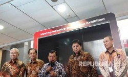 Wakil Presiden Jusuf Kalla memberikan keterangan pers usai pembukaan Indonesia International Motor Show di Jiexpo Kemayoran, Jakarta, Kamis (27/4).
