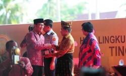 Wakil Presiden RI, H.M. Jusuf Kalla, menyerahkan penghargaan Adipura Kirana kepada Walikota Bandung, Ridwan Kamil, pada Puncak Peringatan Hari Lingkungan Hidup Sedunia Tahun 2016 di Siak, Prov. Riau, Jum'at, (22/7).