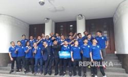 Wali Kota Bandung, Ridwan Kamil memberikan uang kadedeuh  pada pemain Persib yang juara 3 Piala Presiden sebesar Rp 150 juta, di Balai Kota Bandung, Selasa (21/3).