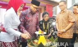 Wali Kota Bandung Ridwan Kamil meresmikan Chinatown Bandung di Jalan Kelenteng, Ahad (20/8).