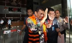 Wali Kota nonaktif Madiun Bambang Irianto (kiri) digiring petugas seusai menjalani pemeriksaan di Gedung Merah Putih KPK, Jakarta, Rabu (8/2).