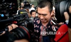 Walikota Malang Mochamad Anton berjalan usai menjalani pemeriksaan di gedung KPK, Jakarta, Senin (14/8).
