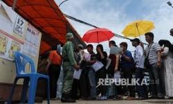 Warga antre untuk mengikuti Pilkada DKI Jakarta di TPS 17, Penjaringan, Jakarta Utara, Rabu (15/2).