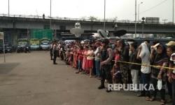 Warga berbaris menyambut kehadiran Jokowi di Terminal Kampung Melayu Jakarta Timur, Kamis (25/5).