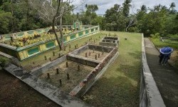 Warga berjalan di areal kompleks Makam Raja Abdurrahman di Pulau Penyengat, Kepulauan Riau, Rabu (24/2)