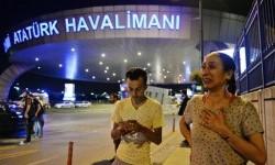 Warga berkumpul di pintu masuk Bandara Ataturk di Istanbul, Turki, Rabu, 29 Juni 2016. Ledakan bom menewaskan 31 orang dan melukai puluhan lain.