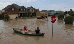 Warga dievakuasi akibat banjir di kawasan Texas, AS.
