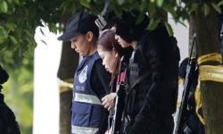 Warga Indonesia Siti Aisyah (tengah) dengan dikawal polisi keluar dari Pengadilan Sepang di Sepang, Malaysia, Rabu (1/3). Bersama perempuan Vietnam, ia diduga membunuh warga Korea Utara Kim Jong-nam.