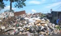 Buang sampah sembarangan (ilustrasi).