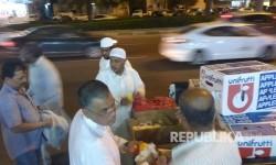 Warga lokal membagikan buah-buahan gratis kepada jamaah haji dan warga sekitar di Makkah, Selasa malam (22/8).