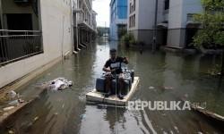 Warga melintas di genangan banjir rob di kawasan Pasar Ikan Pelabuhan Muara Baru, Penjaringan, Jakarta Utara (ilustrasi)
