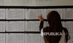 Warga mencari namanya di Daftar Pemilih (ilustrasi)