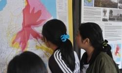 Warga mengamati peta bencana saat turut memantau aktifitas Gunung Agung di Pos Pemantauan Desa Rendang, Karangasem, Bali, Selasa (19/9).