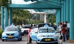 Warga mengantre menunggu taksi Blue Bird. (ilustrasi)