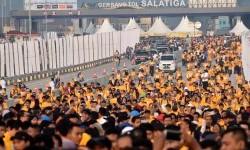 Warga mengikuti acara jalan santai dalam Festival Jalan Tol Jasa Marga di ruas Tol Bawen-Salatiga, Tingkir, Kota Salatiga, Jawa Tengah, Ahad (13/8). Acara tersebut digelar untuk memperkenalkan ruas tol sepanjang 17,57 kilometer itu.