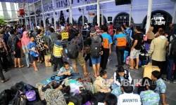 Warga menunggu kedatangan Kereta Api di Stasiun Senen, Jakarta Pusat, Senin (26/12).