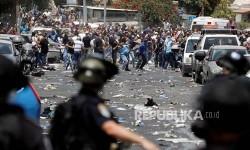 Warga Palestina bentrok dengan polisi Israel usai melaksanakan Shalat Jumat di jalan menuju kompleks Masjid Aqsha yang diblokir polisi Israel di Kota Tua Yerusalem, Jumat (21/7)