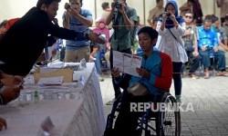 Warga penyandang disabilitas mengikuti simulasi pemungutan dan perhitungan suara pilgub DKI Jakarta di kantor KPU Jakarta Utara, Rabu (8/2).