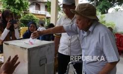 Warga RW 04 Kelurahan Sunter Jaya memasukkan surat suaranya usi dicoblos di bilik pemilhan di TPS 32 di Komplek Depkes Sunter Jaya Jakrta, Rabu (15/2).