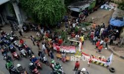 Warga RW 12 Kelurahan Manggarai, Kecamatan Tebet, Jakarta melakukan aksi blokir jalan , Rabu (26/4).