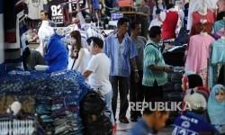 Warga sedang memilih pakaian di Pasar Tanah Abang, Jakarta, Senin (13\2).