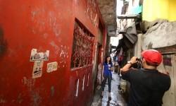 Wartawan meliput lokasi rumah bekas Siti Aisyah, Warga Negara Indonesia (WNI), yang diduga sebagai salah satu pembunuh Kim Jong-nam, kakak tiri pemimpin Korea Utara Kim Jong-un di Tambora, Jakarta, Jumat (17/2).