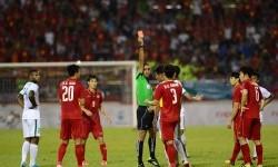 Wasit Al Yaqoubi Omar Mubarak Mazaroquai memberikan kartu merah kepada pesepakbola Indonesia Hanif Sjahbandi saat melawan Vietnam pada pertandingan Sepakbola SEA Games Kuala Lumpur 2017 di Stadion Majelis Perbendaharaan Selayang, Malaysia, Selasa (22/8) malam. Pada pertandingan ini Indonesia menahan imbang Vietnam 0-0 dengan 10 orang pemain.