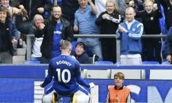 Wayne Rooney merayakan golnya ke hadapan pendukung Everton.