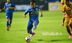Winger Persib Bandung Febri Hariyadi membawa bola.