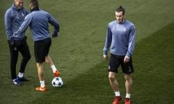 Winger Real Madrid, Gareth Bale (kanan) telah ikut berlatih bersama tim di Valdebebas, Selasa (14/2). Bale kemungkinan akan dimainkan lawan Espanyol malam ini.