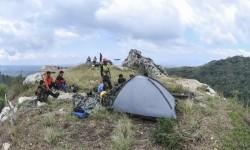 Wisatawan bersantai di tenda mereka di Tebing Gunung Hawu, Padalarang, Bandung, Jawa Barat.