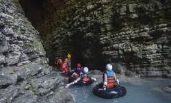 Wisatawan mancanegara menyusuri gua di Kalisuci Cave Tubing, Desa Jetis Wetan, Pacarejo, Semanu, Gunungkidul, DI Yogyakarta, Kamis (14/9).
